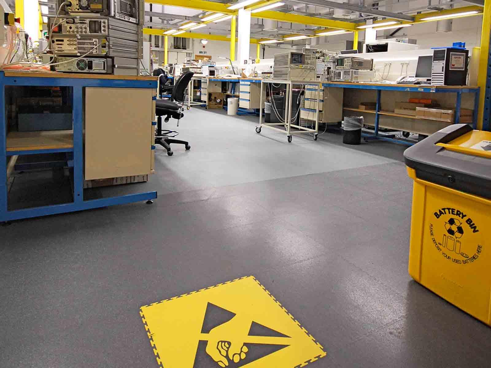 suelo antiestatico en montaje microchips